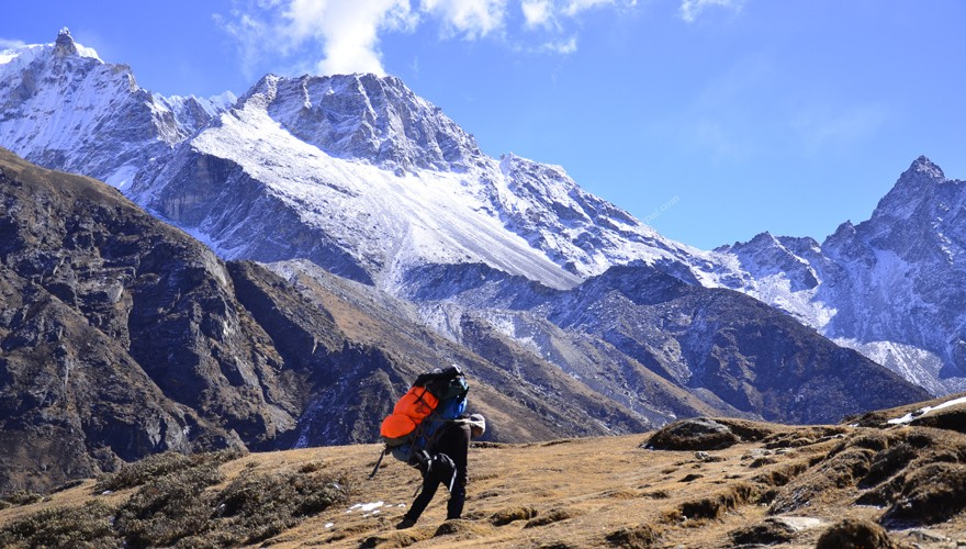 trekking in nepal everest chola pass